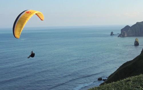 パラグライダーは動力を使わないエコスポーツの一つです