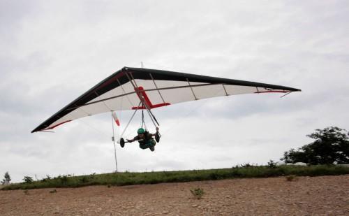骨が入った固定翼にうつ伏せ姿勢で吊り下がってフライトするのが 「ハンググライダー」