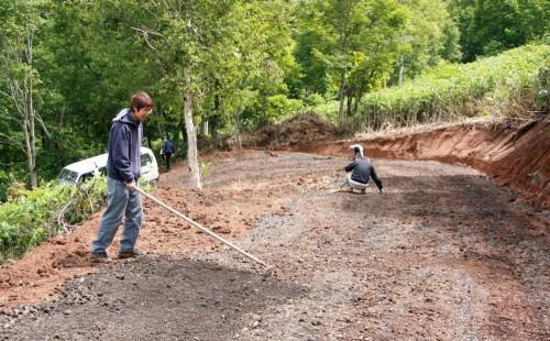 2007年7月 テイクオフに上がる私道の砂利をならす作業