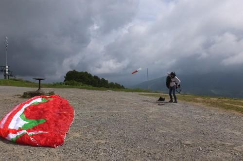 尻別岳方向に北と南がぶつかって雲が湧き黒くなっています・・・。
