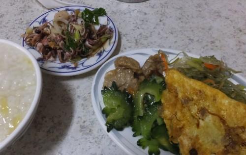 朝食は、おかゆ屋さん。 いつものボリュームにイカの炒めを追加~。これはつまみになります!