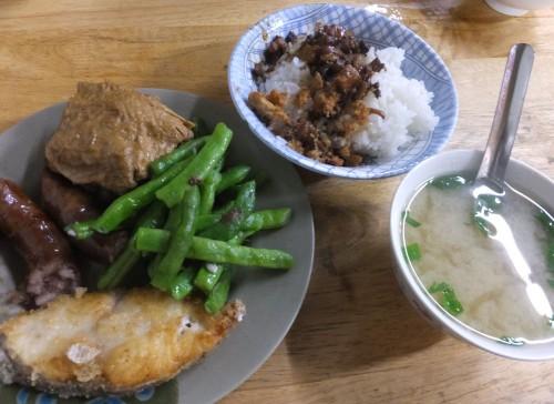 朝は豪華に「肉燥飯」&魚のフライ!