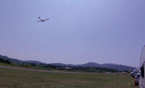 日中、余市空港でスカイフェスタがあり、パラグライダーの体験のお手伝いに行ってきました。