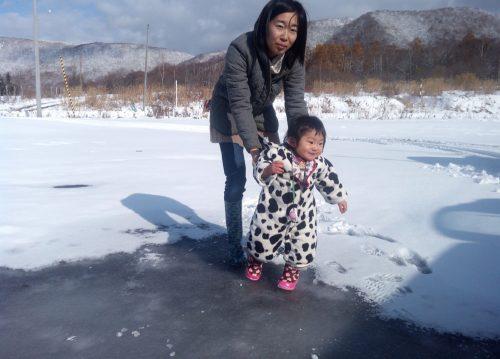 駐車場の水溜りは全員で乗っても割れないくらいのしっかりとした氷!